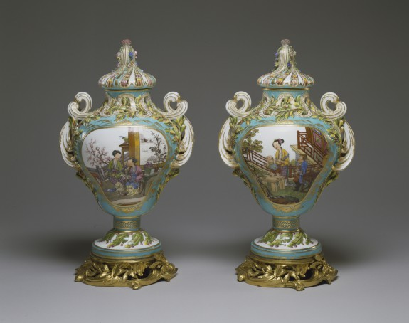 Pair of Potpourri Vases (Vases pot pourri feuilles de mirte)