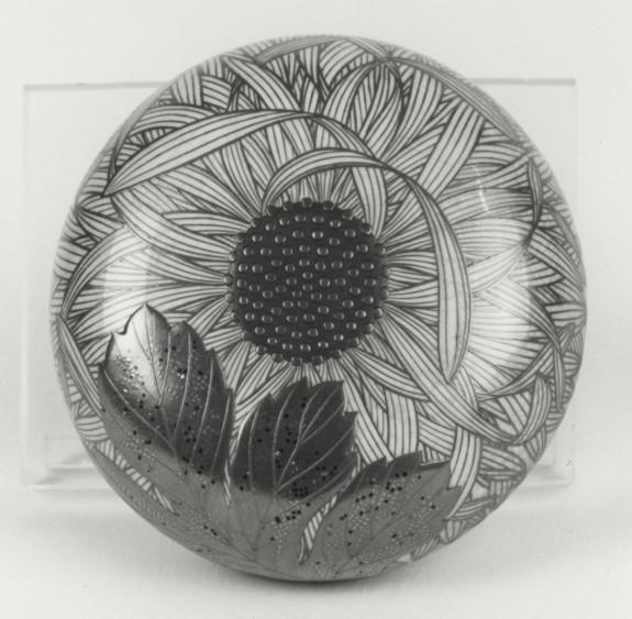 Box for Face Powder (te bako) with Chrysanthemum