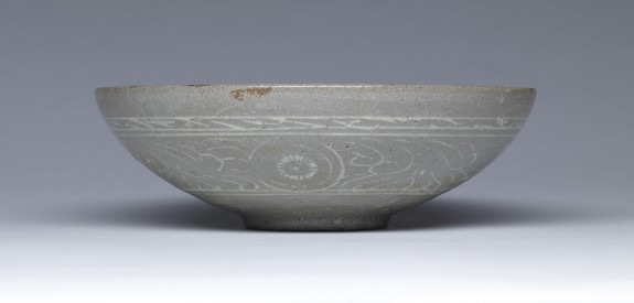 Bowl with Design of Phoenixes and Flowers