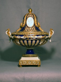 One of a Pair of Potpourri Vases (Vase ovale Mercure)