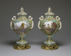 Pair of Potpourri Vases (Vases pot pourri feuilles de mirte)