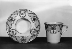 """Cup and Socketed Saucer (gobelet et soucoupe """"enfoncé"""")"""