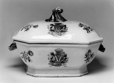 Tureen with English Coat of Arms, one of a pair