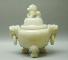 """Covered Bowl with """"Fu"""" Lion"""