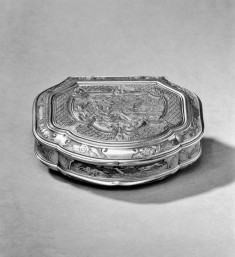 Snuffbox with gentleman gazing at an Island